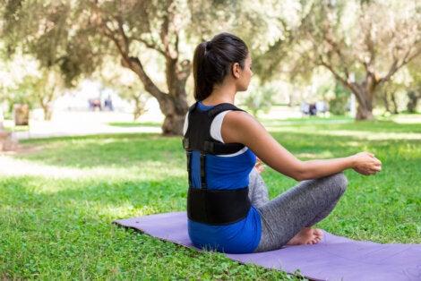 Combinar un corrector de espalda con yoga.