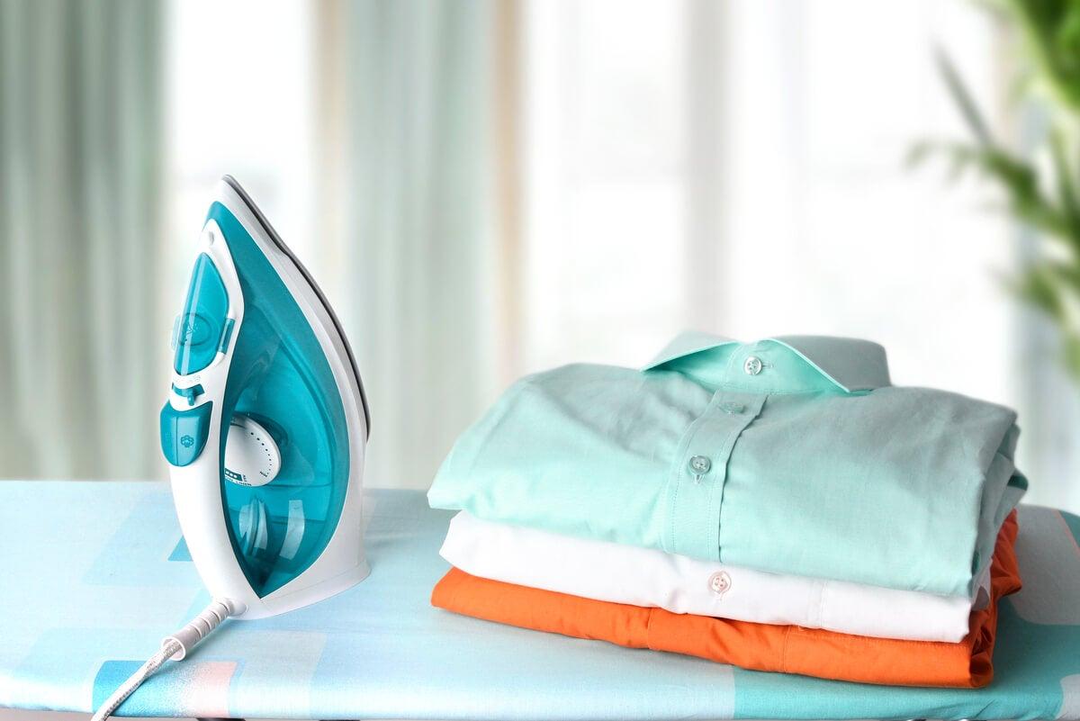 Tabla de planchar en el cuarto de lavado.
