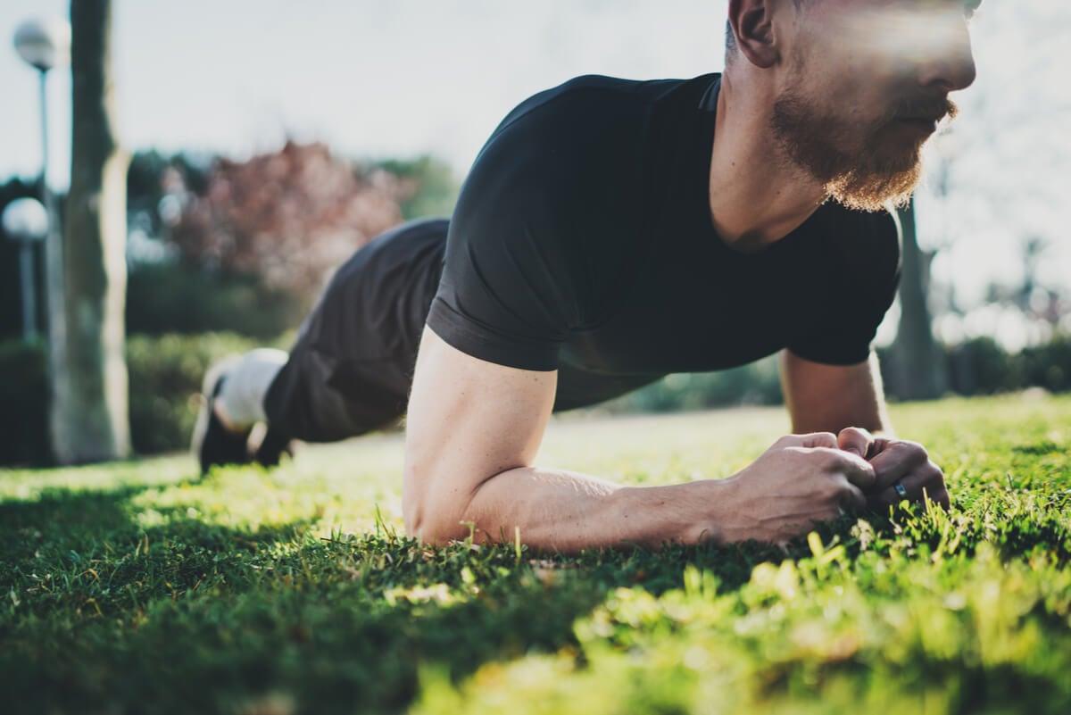 Plancha abdominal al aire libre.