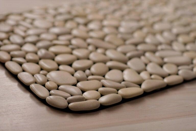 ¿Cómo hacer un portavaso con piedras decorativas?