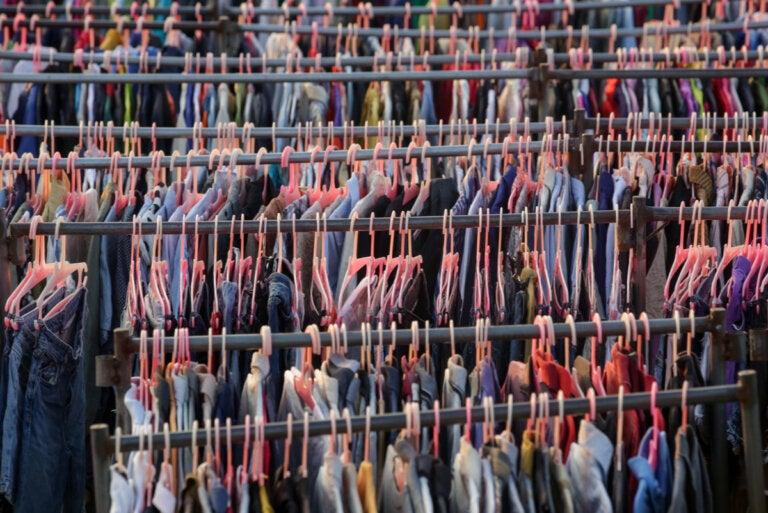 ¿Qué es la moda rápida y cómo está afectando al medio ambiente?