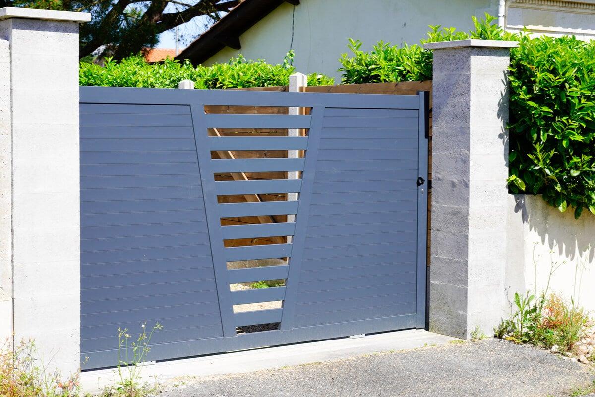 Puerta metálica para garaje.