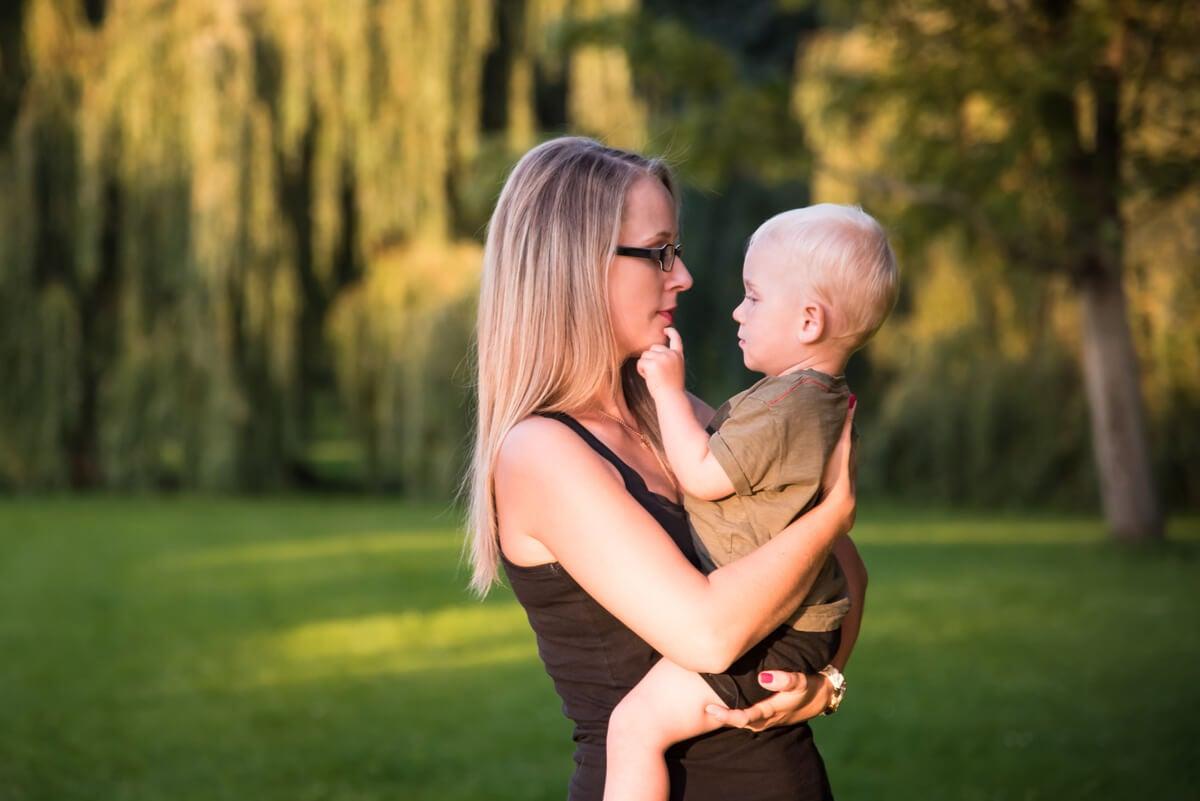 Madre trabaja el apego de su niño.