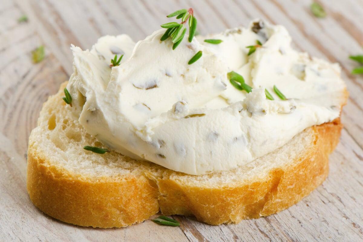 Tostada con queso crema.