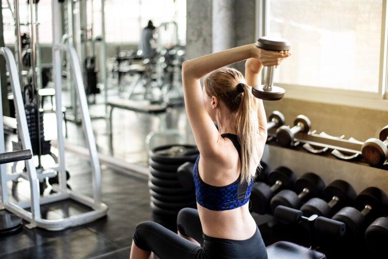 Los mejores ejercicios para fortalecer los tríceps con mancuernas