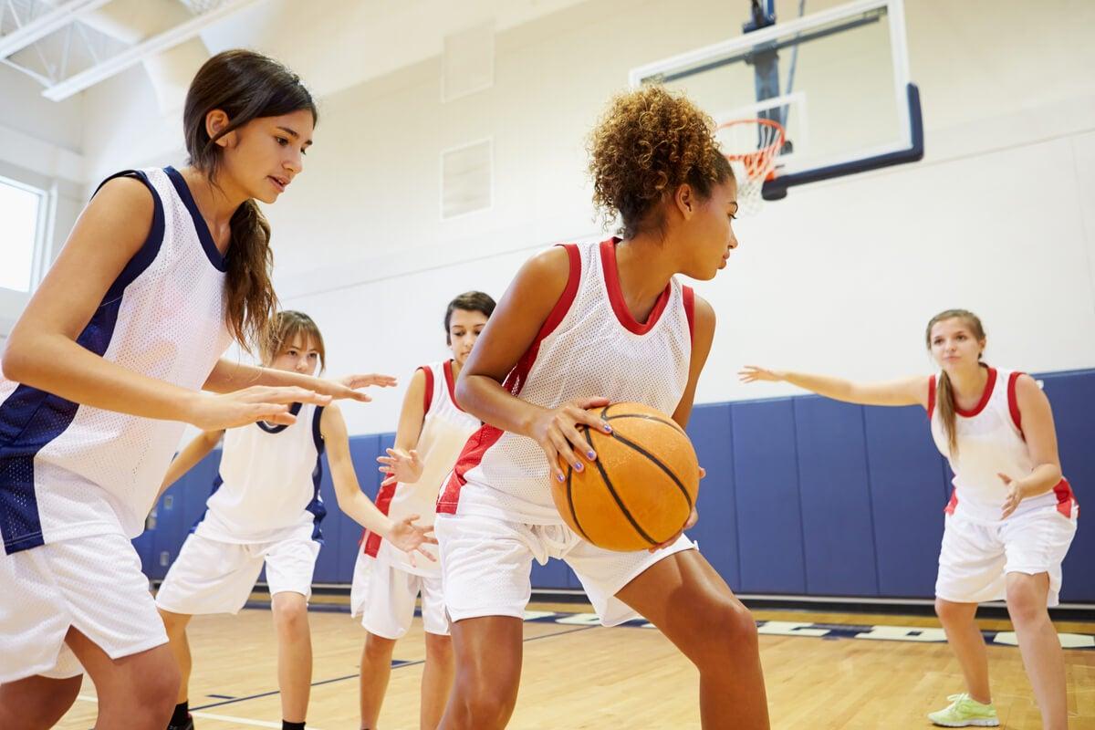 Adolescente juega un deporte.