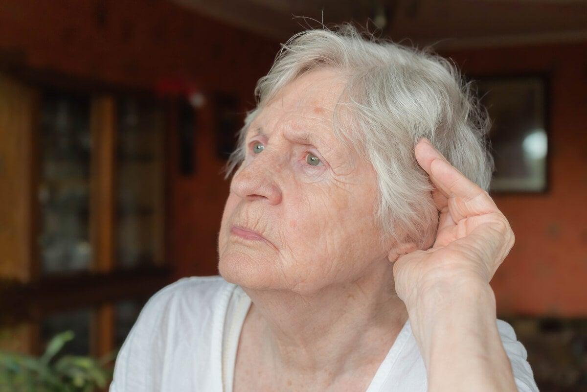 Anciana con hipoacusia.
