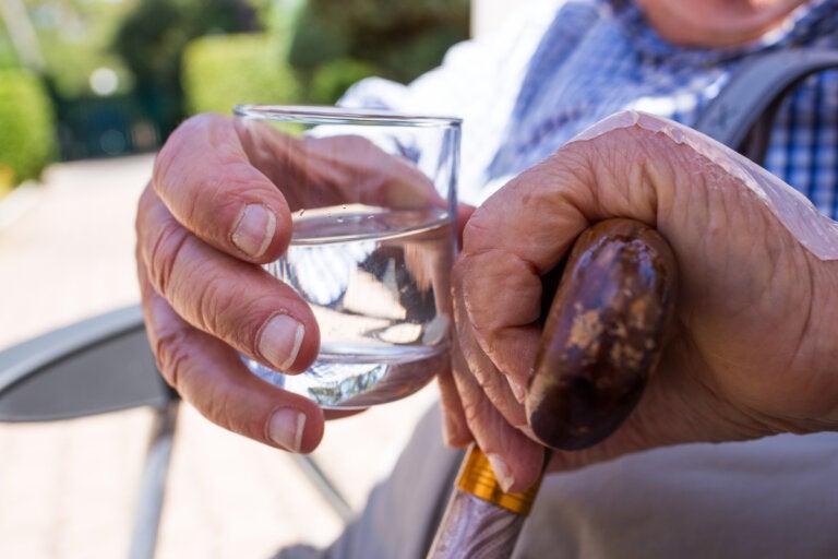Deshidratación en adultos mayores: síntomas, causas y prevención