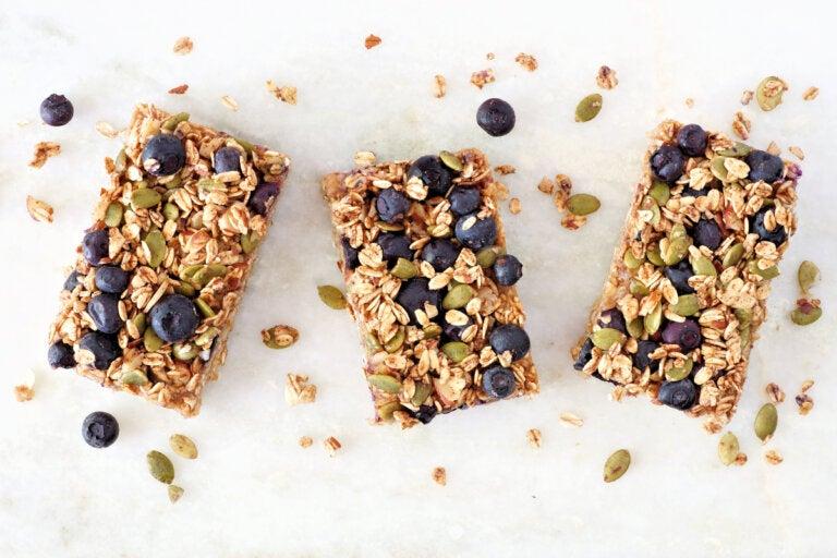 Aprende a preparar barras de granola de arándanos y nueces
