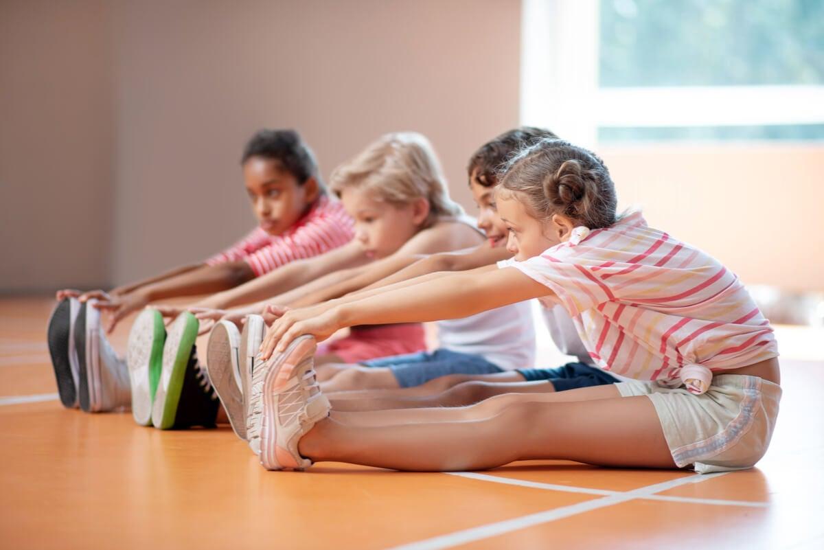 Estiramientos para evitar lesiones por exceso de actividad física en niños.