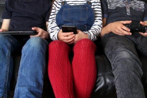 El tiempo en pantalla no altera las habilidades sociales en los niños, según estudio