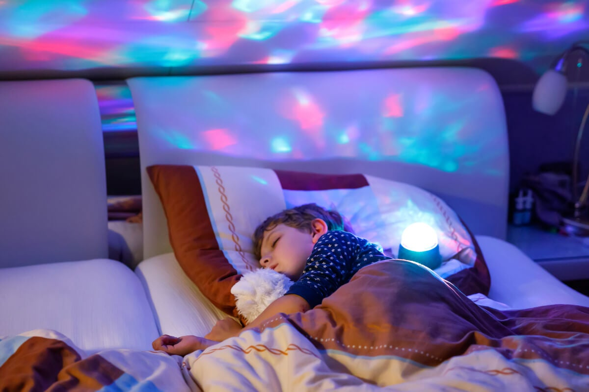 Lámpara infantil en la habitación de un niño.
