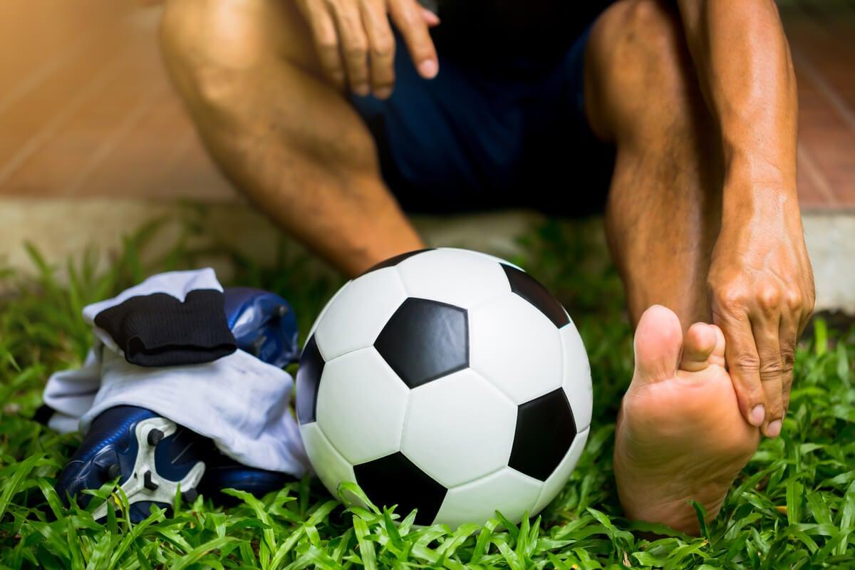 Lesión de futbolista en el pie.