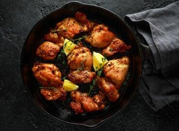 Pollo estofado con limón, naranja y aceitunas