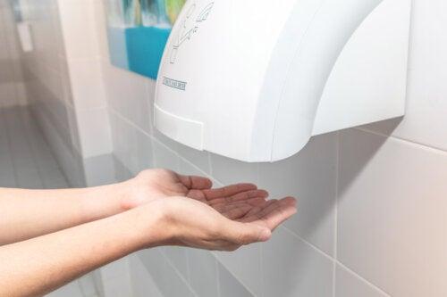 Los secadores de mano públicos podrían ser contraproducentes, dice estudio
