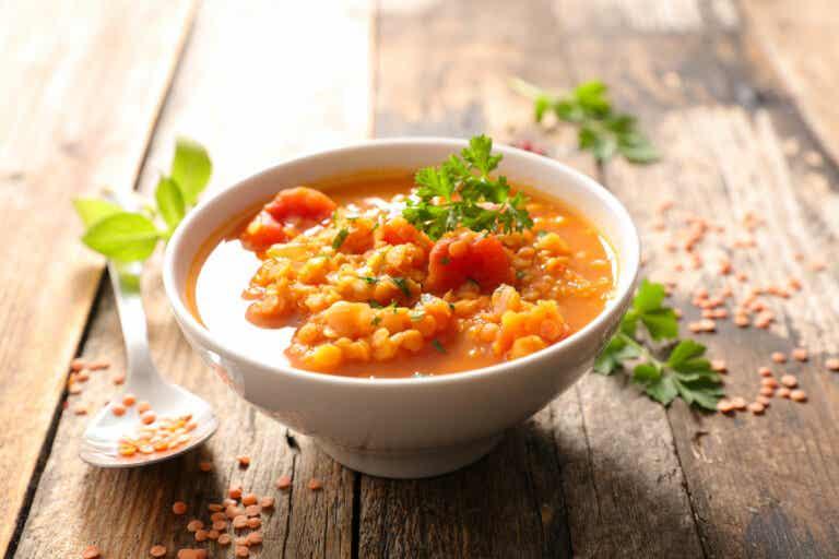 Deliciosa receta de sopa de lentejas con col rizada
