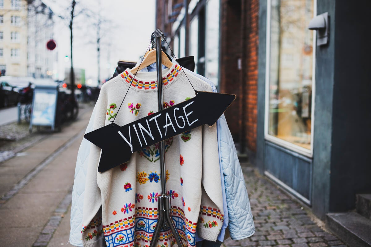 Moda vintage en una tienda de segunda mano.