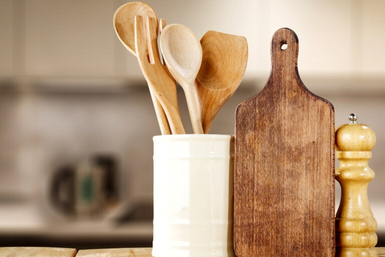 Cómo lavar y desinfectar los utensilios de madera de la cocina