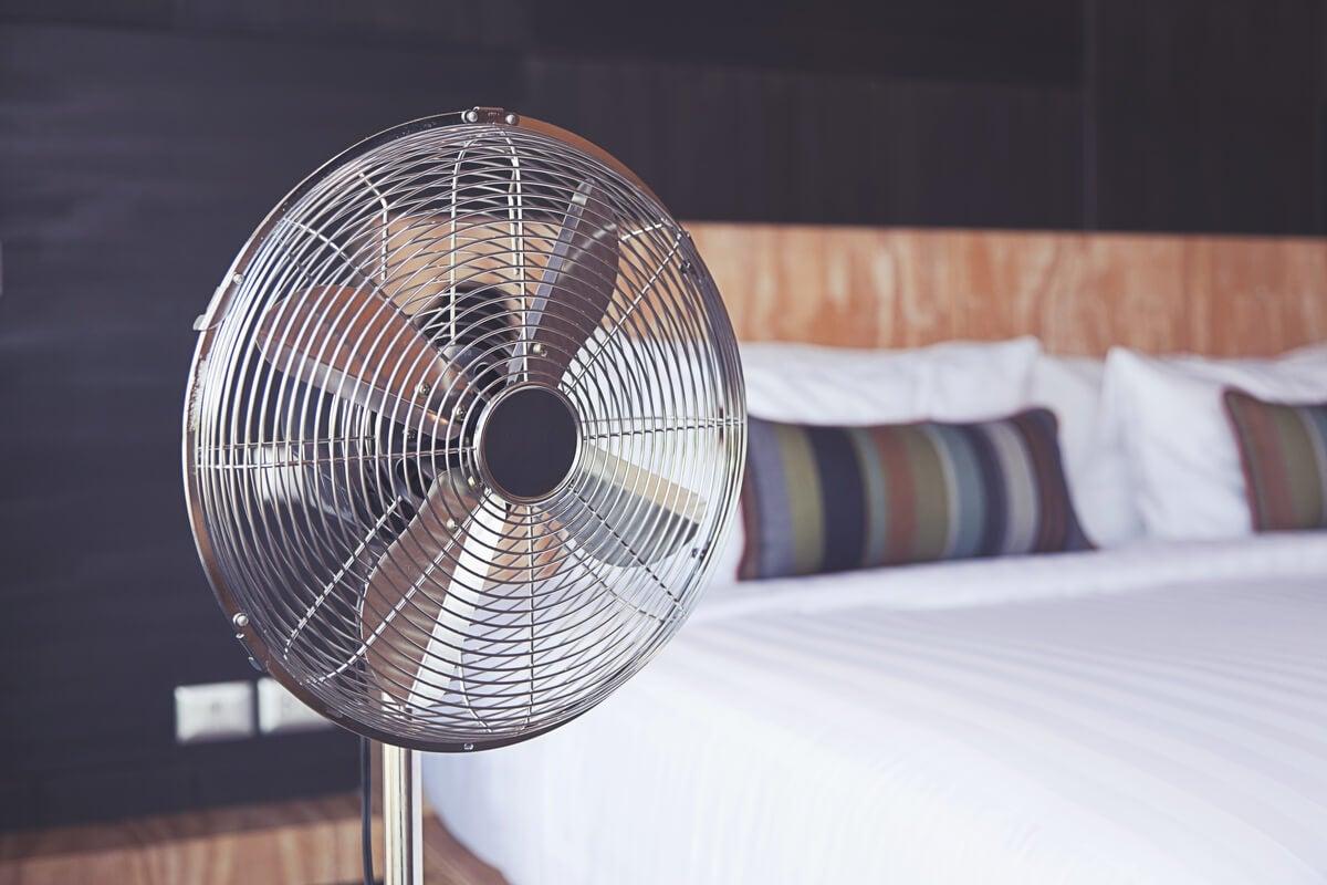 Dormir con el ventilador encendido: beneficios y desventajas