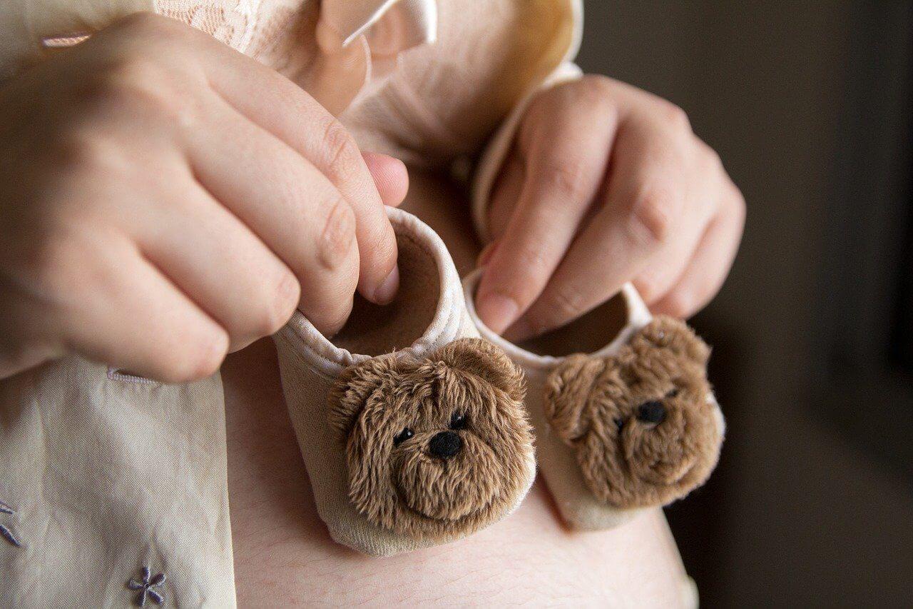 Es recomendable que los niños caminen descalzos durante sus primeros años.