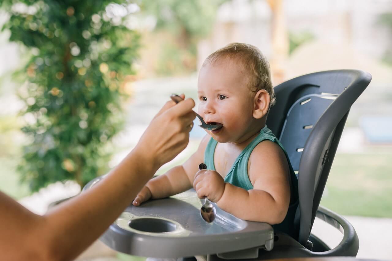 Los primeros alimentos sólidos ayudan al bebé a crecer