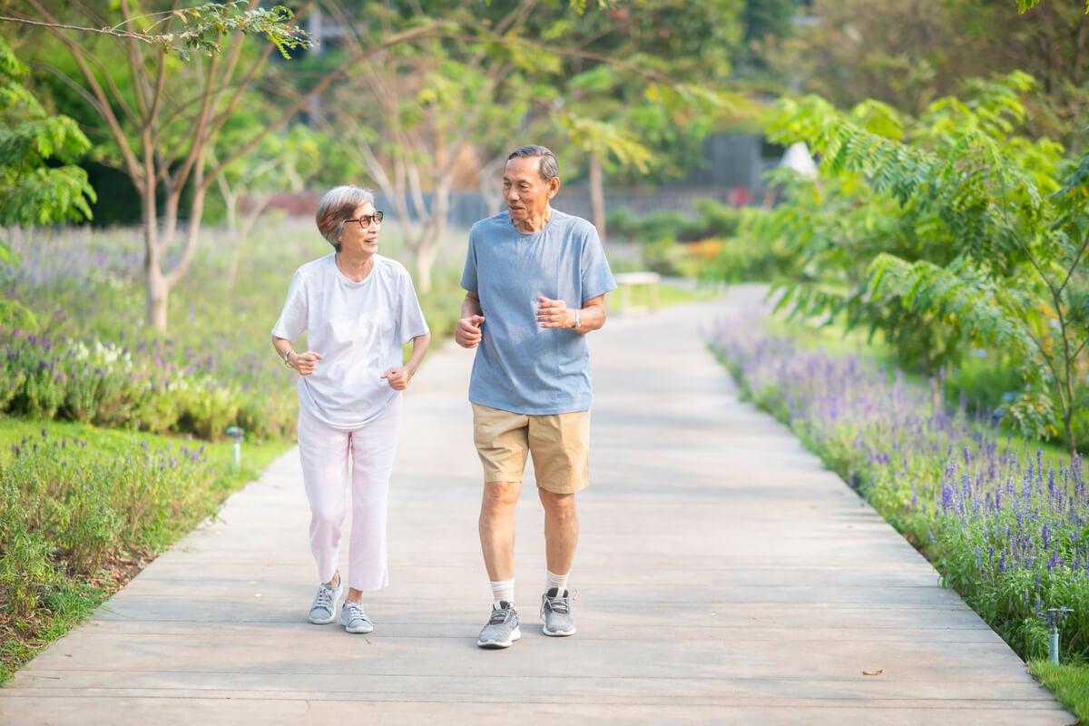 Ancianos que hacen ejercicio.
