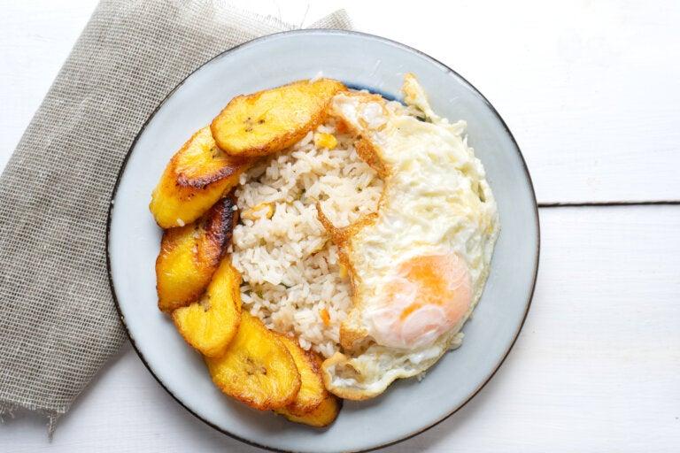 Arroz a la cubana con plátano: fácil y delicioso