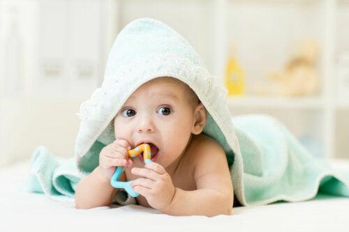 Cómo aliviar la picazón de encías en mi bebé