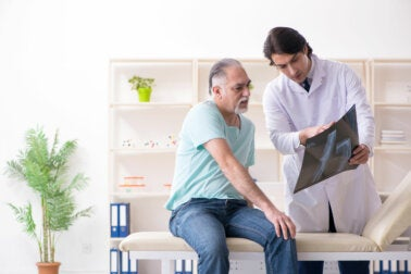 ¿Qué es un médico geriatra y cuándo debemos consultar a uno?