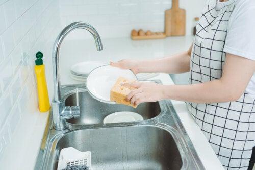 8 claves para lavar los platos a mano