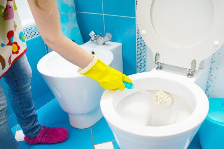 8 errores que cometes al limpiar el inodoro