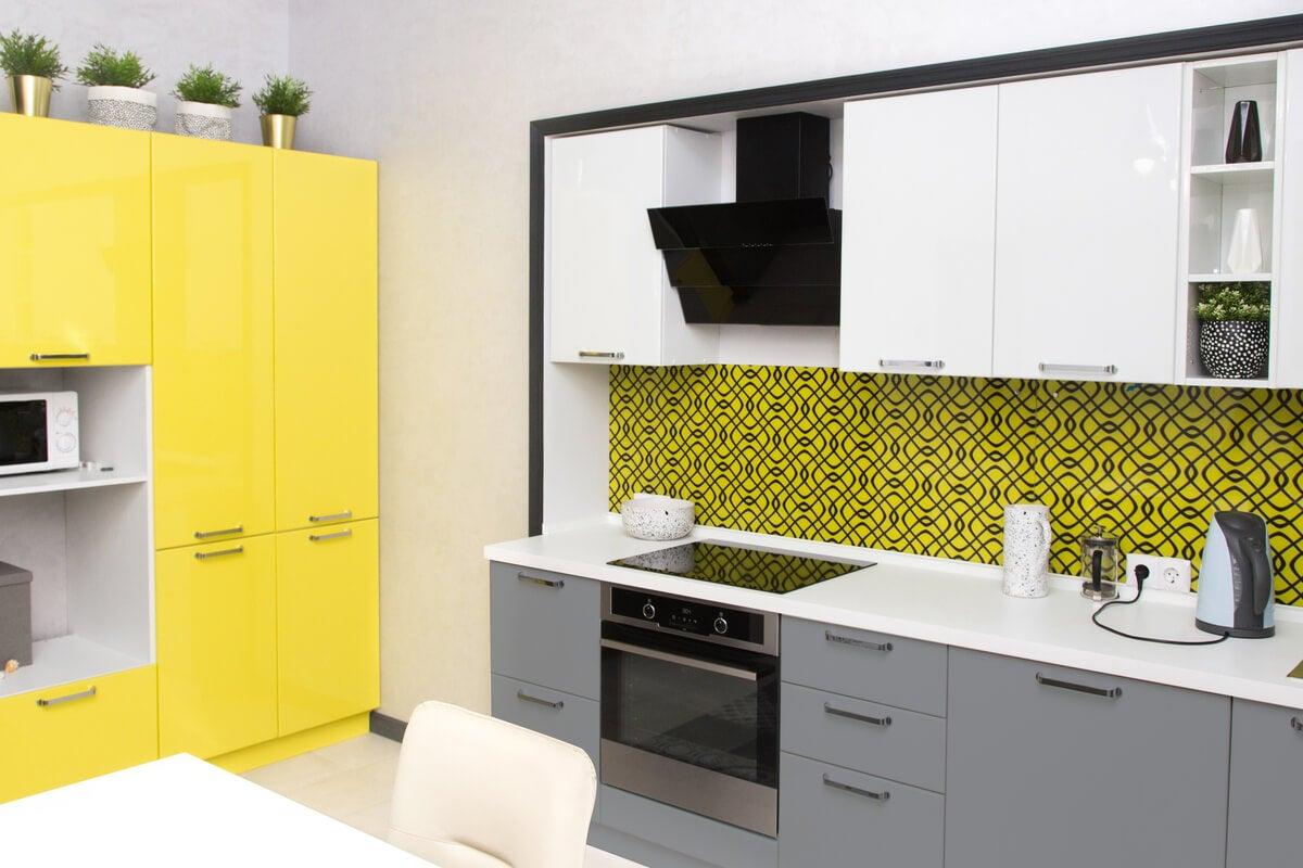 Mueble amarillo en la cocina.