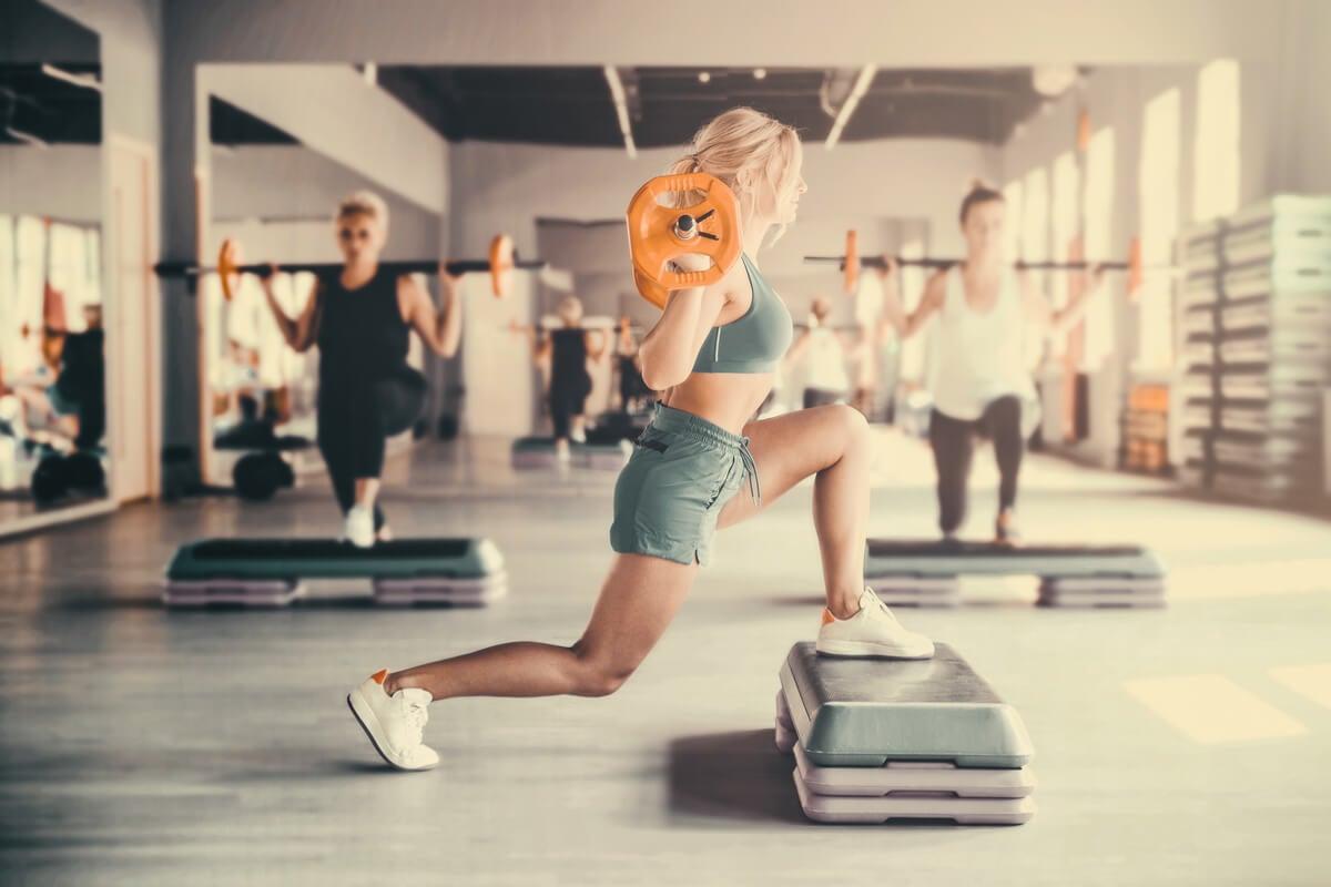 Body pump en un gimnasio.