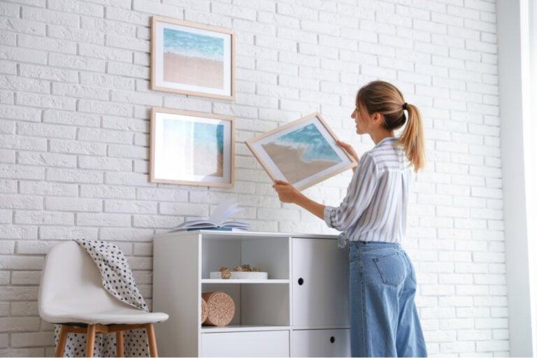 7 consejos para colgar cuadros sin arruinar la pared