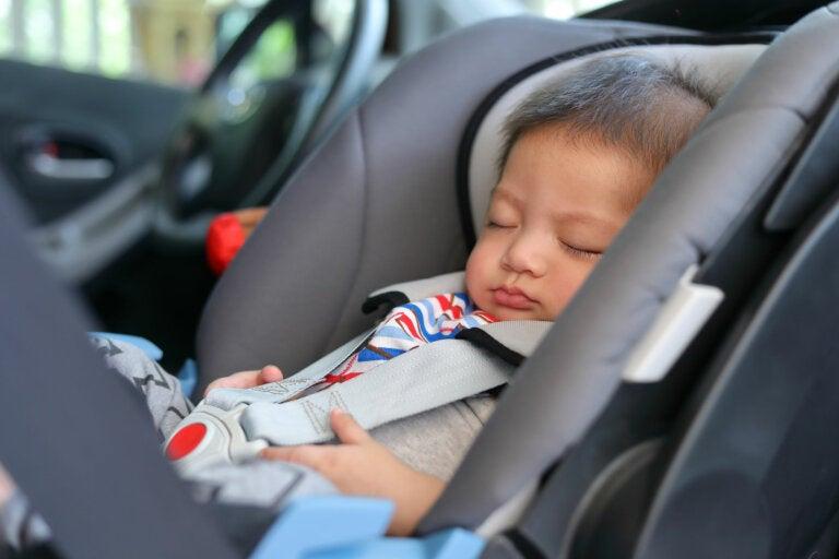 ¿Por qué no se debe poner el bebé en una cuna o sillita inclinada?