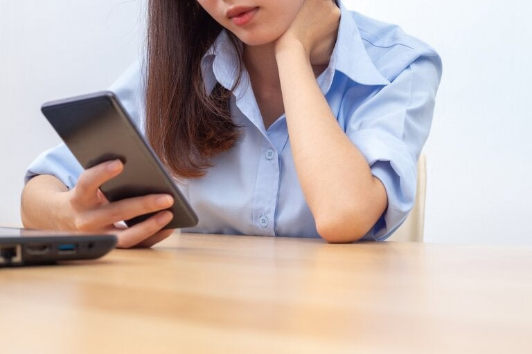¿Cómo prevenir la tendinitis por el uso del celular?
