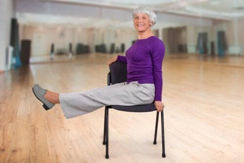 Ejercicios de yoga en silla para adultos mayores