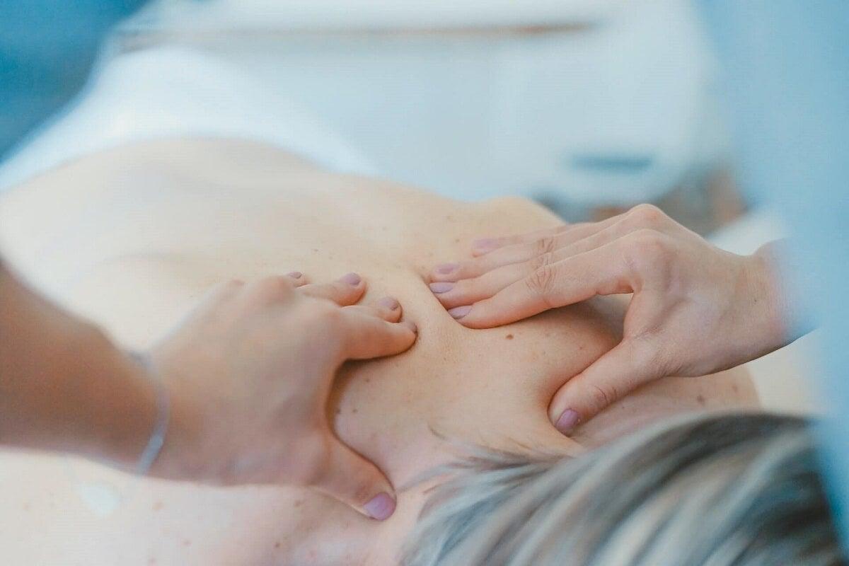 Beneficios y usos del masaje de tejido profundo