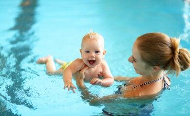 ¿A qué edad es recomendable dejar entrar al bebé a una piscina?