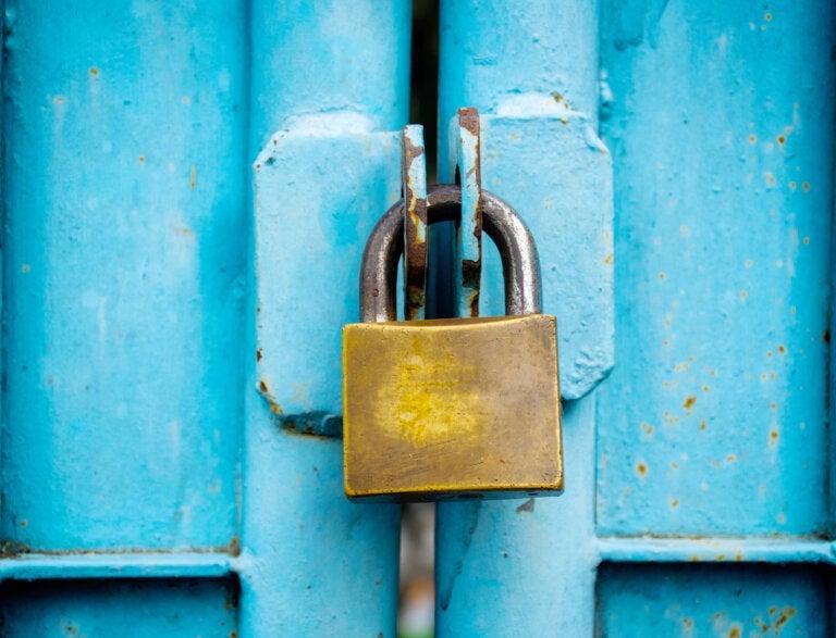 ¿Cómo abrir un candado sin llave?