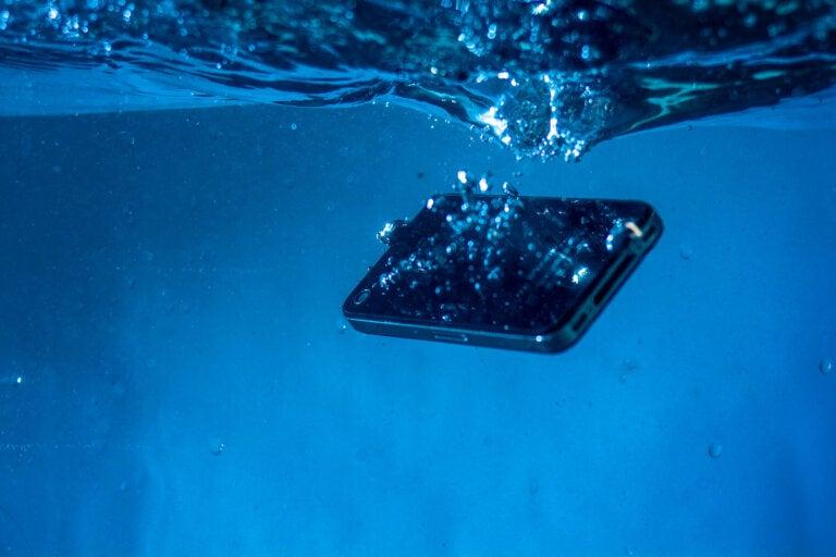 5 trucos para salvar un celular mojado