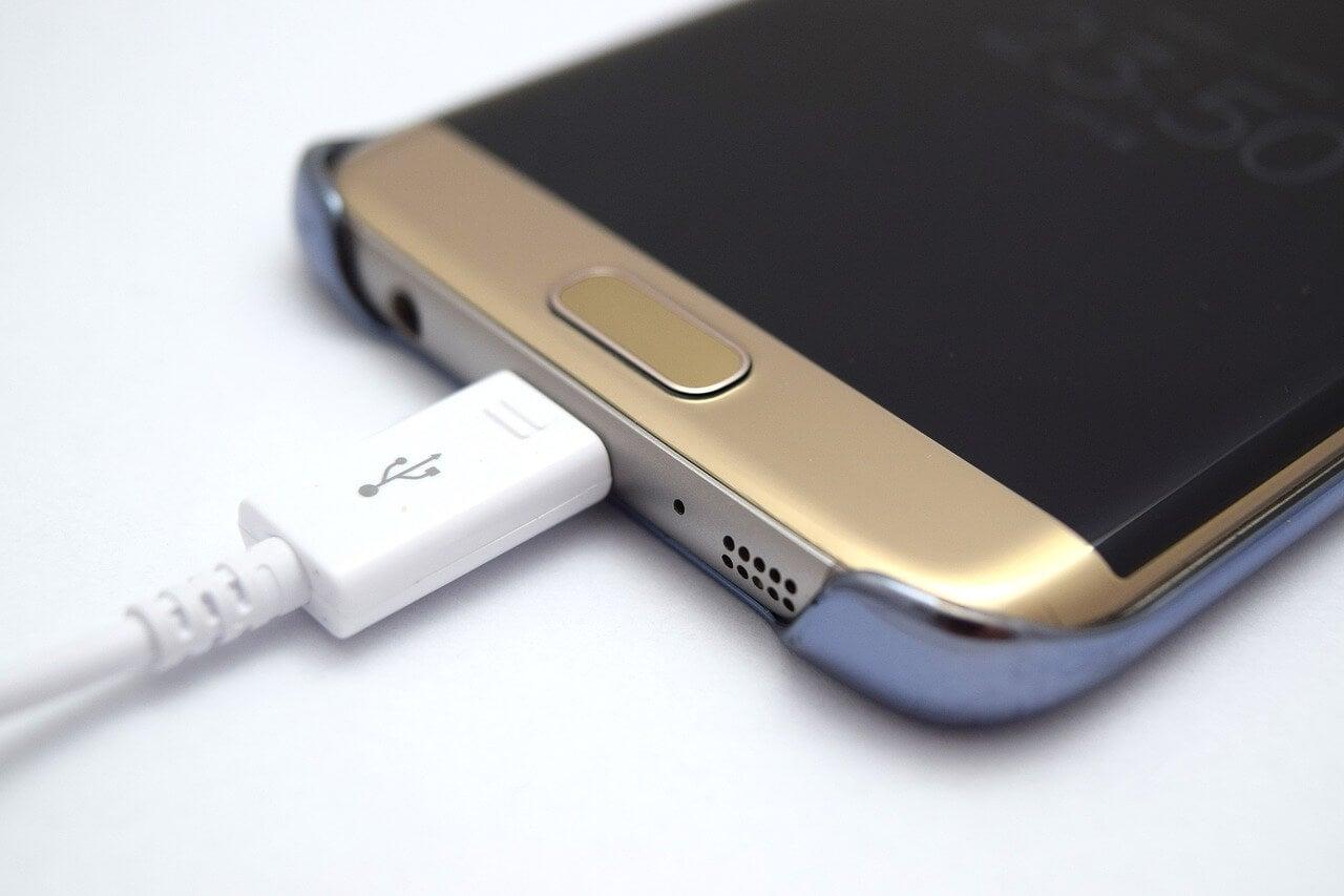 Móvil con carga USB.