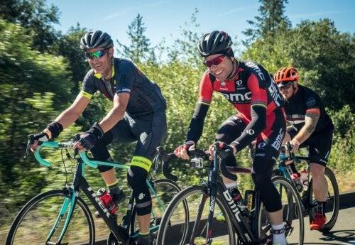 ¿Qué se debe comer antes, durante y después de montar bicicleta?