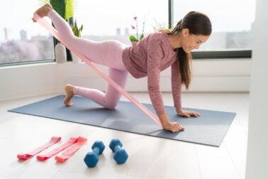 6 ejercicios para tonificar y fortalecer tus piernas con banda elástica