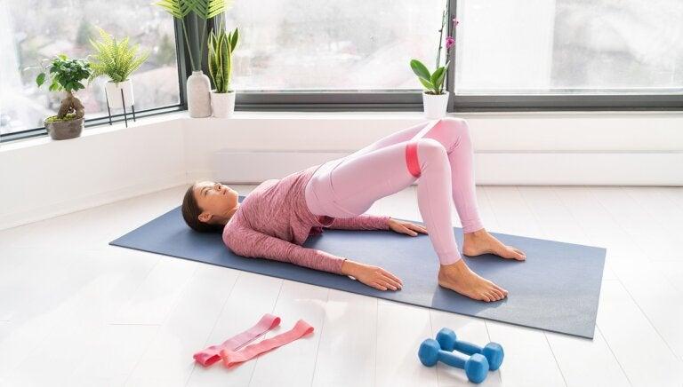 Cómo hacer ejercicios con bandas elásticas para fortalecer tus abdominales