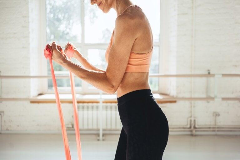 Entrena tus brazos con gomas elásticas: 7 ejercicios recomendados