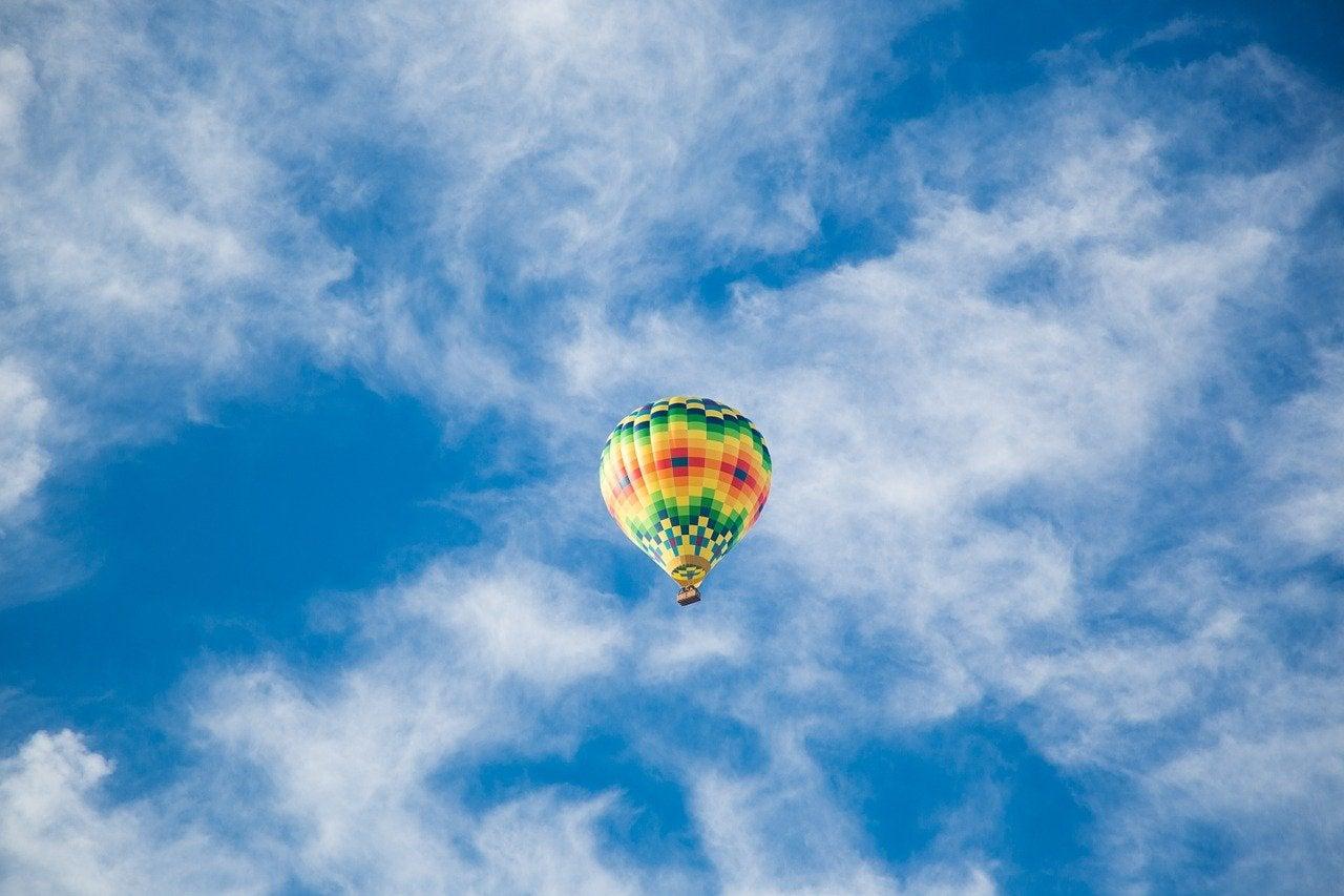 Festejar el cumpleaños en un globo aerostático.