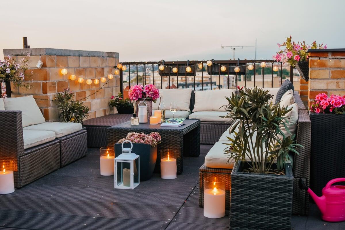 Guirnaldas de luces en la terraza.