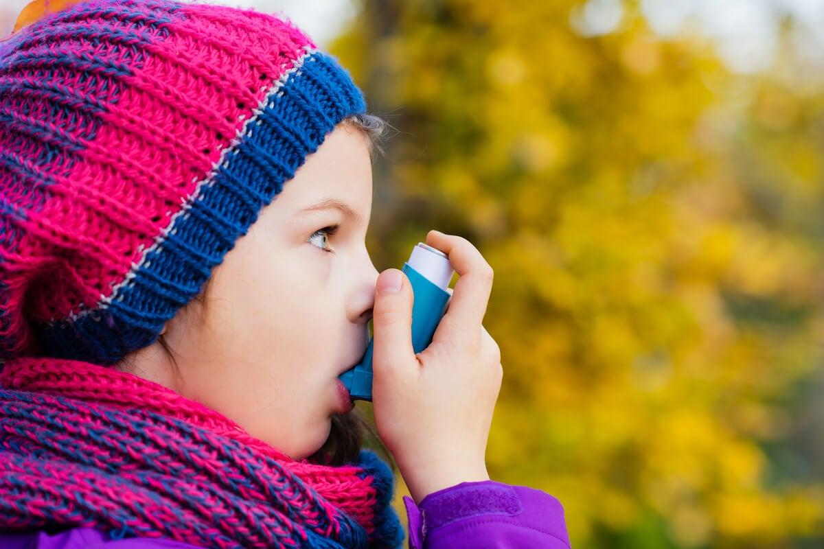 Niño con asma que toma montelukast.