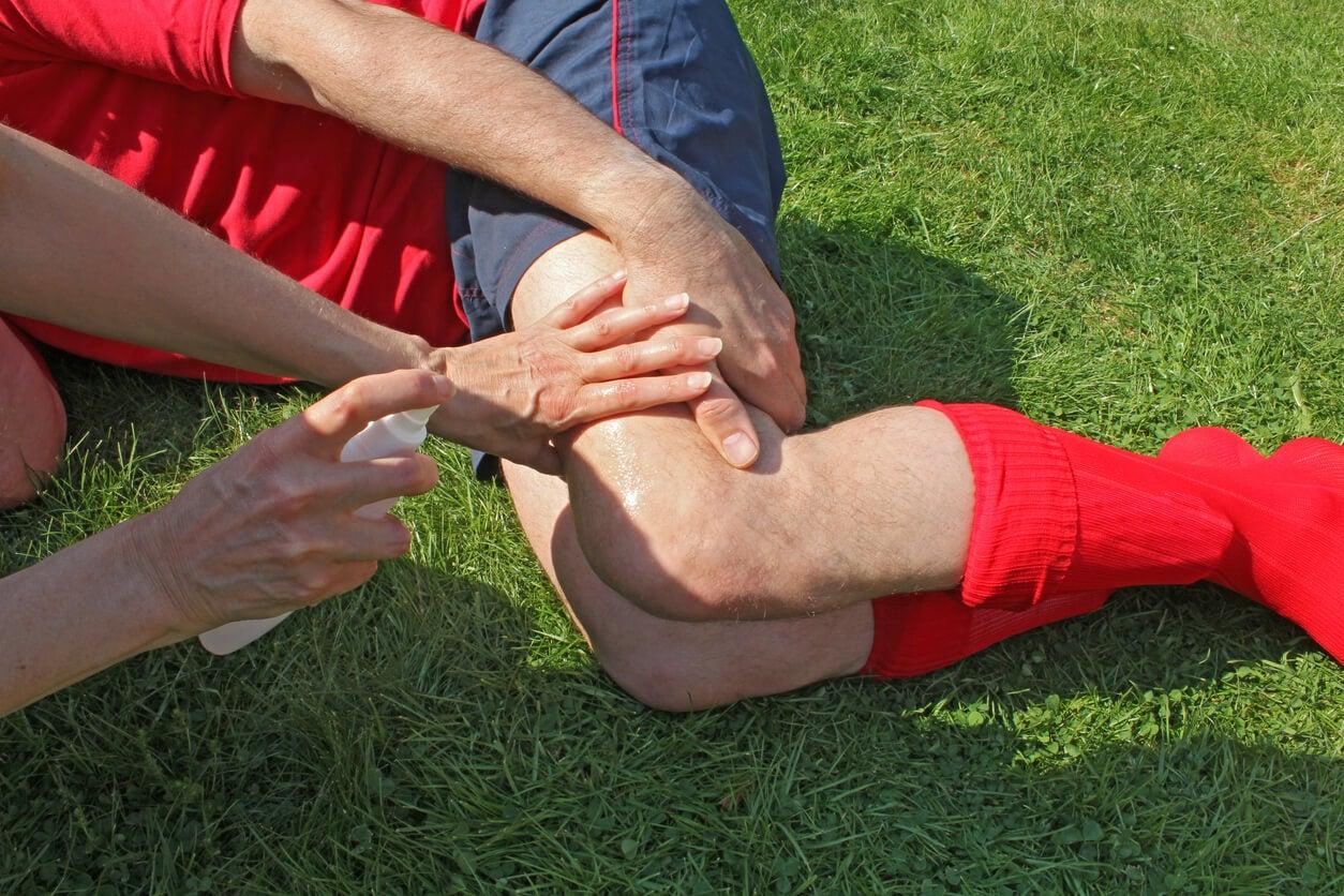 Rodilla lesionada en el fútbol.